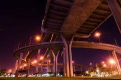 Skymning på den Bhumibol bron i Samut Prakan, Thailand royaltyfria foton