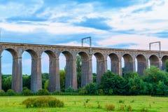 Skymning på den Digswell viadukten i UK royaltyfria bilder