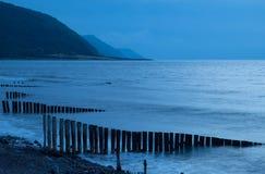 Skymning på den engelska kusten Arkivbilder