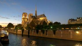 Skymning på den Notre Dame domkyrkan i paris royaltyfri foto