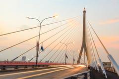 Skymning på den Rama VIII bron Bangkok Royaltyfri Foto
