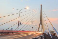 Skymning på den Rama VIII bron Bangkok Royaltyfria Foton