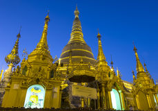 Skymning på den Shwedagon pagoden, Yangon, Myanmar Royaltyfri Bild