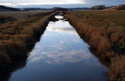 Skymning på floden Arkivbilder