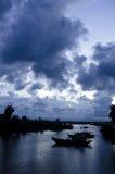 Skymning på floden Royaltyfria Bilder
