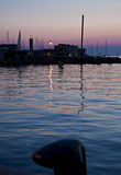 Skymning på hamnen med lugna vatten fotografering för bildbyråer