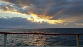 Skymning på havet Arkivfoto