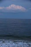 Skymning på havet med molnet royaltyfri fotografi