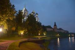 Skymning på invallningen av staden av Pskov royaltyfri bild