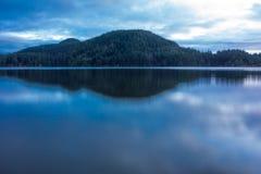 Skymning på kaskad sjön arkivbilder