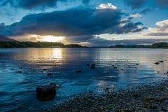 Skymning på loughen Leane i Irland fotografering för bildbyråer
