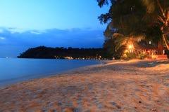 Skymning på stranden, Koh Kood, Thailand Royaltyfri Bild