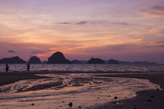 Skymning på Krabi Royaltyfri Bild