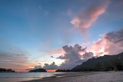 Skymning Pantai strand, Langkawi, Malaysia Royaltyfri Foto