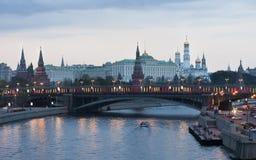 skymning Sikter av MoskvaKreml från den Patriarshy bron Arkivfoto