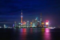 Skymning sköt med den Shanghai horisonten och Huangpuet River in royaltyfria bilder