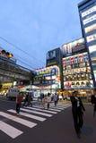 Skymning som skjutas av Akihabara som shoppar område Arkivfoton