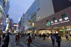 Skymning som skjutas av Akihabara som shoppar område Royaltyfri Foto