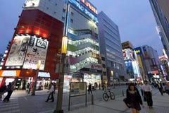 Skymning som skjutas av Akihabara som shoppar område Arkivfoto