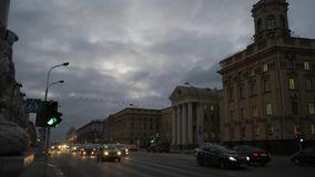 Skymning stiger ned på i stadens centrum Minsk, Vitryssland Timelapse arkivfilmer