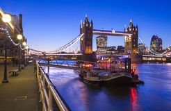 Skymning-Time sikt av tornbron i London Arkivfoto