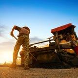 Skymning vägarbetare arbetar. royaltyfri foto