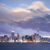 skymning zealand för auckland dramatisk ny skyhorisont fotografering för bildbyråer