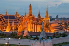 Skymningbelysning på Wat Phra Kaew, Bangkok, Thailand Royaltyfri Fotografi