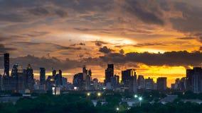 Skymningcityscape med cloudscapesolnedgångtid fotografering för bildbyråer