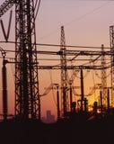 skymningelektricitetslinjer royaltyfri foto