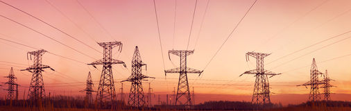 skymningelektricitetslinjer pylons royaltyfri bild