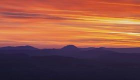 Skymninghimmel över sceniska kullar i Shropshire arkivfoton