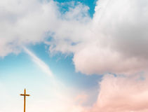 Skymninghimmel med korset Arkivbild