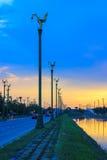 Skymninghimmel på Thanon Utthayan (den Aksa vägen), Bangkok, Thailand Royaltyfri Fotografi