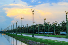 Skymninghimmel på Thanon Utthayan (den Aksa vägen), Bangkok, Thailand Royaltyfria Bilder