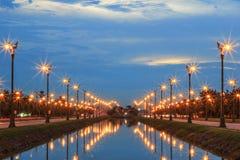 Skymninghimmel på Thanon Utthayan (den Aksa vägen), Bangkok, Thailand Arkivbilder
