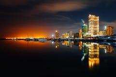 Skymninghorisont av den Manila staden och den Manila fjärden arkivfoto