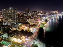 skymninghorisont av Pattaya från flyg- sikt, Pattaya stad, Chon Royaltyfria Bilder