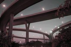 Skymninglandskap av den Bhumibol upphängningbron i den Bangkok staden Royaltyfri Foto