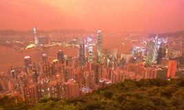 Skymninglandskap av Hong Kong beskådade från överkant av Victoria Peak med stadshorisont av fullsatta skyskrapor Arkivfoto