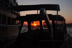 Skymninglandskap till och med fartyget Royaltyfri Foto