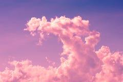 Skymningmoln på magentafärgad himmel Royaltyfri Foto