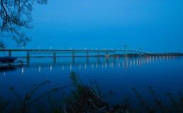 Skymningnedgångar över den internationella bron royaltyfri bild