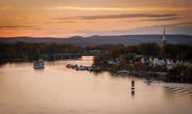 Skymningnedgångar över den Ottawa floden arkivfoton