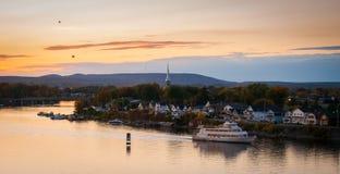 Skymningnedgångar över den Ottawa floden royaltyfri fotografi
