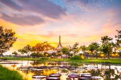 Skymningpaviljonggränsmärket av Suan Luang Rama offentlig IX parkerar, Bangkok Royaltyfri Fotografi