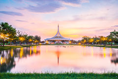 Skymningpaviljonggränsmärket av Suan Luang Rama offentlig IX parkerar, Bangkok Arkivfoto