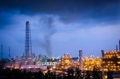 Petrochemicalväxt under mörkermolnet royaltyfri fotografi