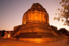 Skymningplats av den forntida pagoden i Wat Chedi Luang, Thailand Royaltyfria Bilder