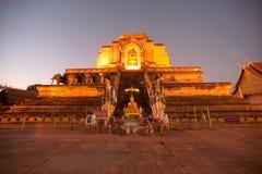 Skymningplats av den forntida pagoden i Wat Chedi Luang, Thailand Arkivfoton